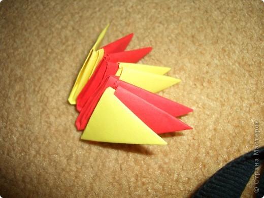 Это готовая бабочка. По моим подсчетам  получилось в общем 158 модулей и еще плюс 2 оранжевых модуля на усики (один кончик каждого из модулей закрутить). Из них 74 зеленых, 36 оранжевых + 2 на усики, 18 желтых, 30 красных  и 60 голубых модулей. Возможно я просчиталась, так что это может быть не точное количество, а приблизительное. фото 2
