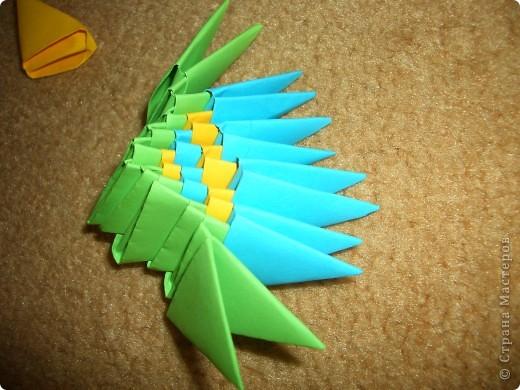 Это готовая бабочка. По моим подсчетам  получилось в общем 158 модулей и еще плюс 2 оранжевых модуля на усики (один кончик каждого из модулей закрутить). Из них 74 зеленых, 36 оранжевых + 2 на усики, 18 желтых, 30 красных  и 60 голубых модулей. Возможно я просчиталась, так что это может быть не точное количество, а приблизительное. фото 7