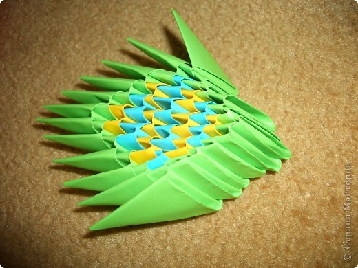 Это готовая бабочка. По моим подсчетам  получилось в общем 158 модулей и еще плюс 2 оранжевых модуля на усики (один кончик каждого из модулей закрутить). Из них 74 зеленых, 36 оранжевых + 2 на усики, 18 желтых, 30 красных  и 60 голубых модулей. Возможно я просчиталась, так что это может быть не точное количество, а приблизительное. фото 8