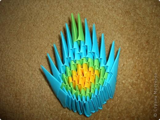 Это готовая бабочка. По моим подсчетам  получилось в общем 158 модулей и еще плюс 2 оранжевых модуля на усики (один кончик каждого из модулей закрутить). Из них 74 зеленых, 36 оранжевых + 2 на усики, 18 желтых, 30 красных  и 60 голубых модулей. Возможно я просчиталась, так что это может быть не точное количество, а приблизительное. фото 10