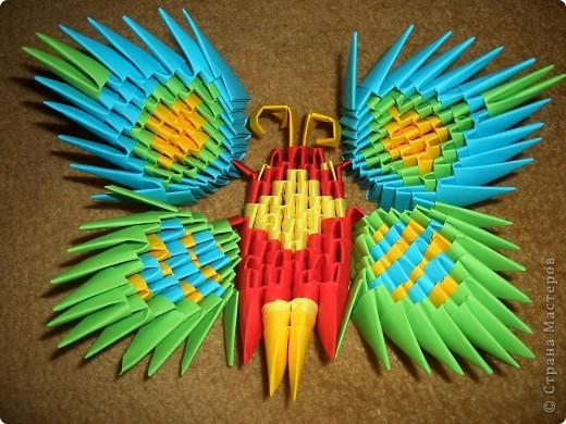 Это готовая бабочка. По моим подсчетам  получилось в общем 158 модулей и еще плюс 2 оранжевых модуля на усики (один кончик каждого из модулей закрутить). Из них 74 зеленых, 36 оранжевых + 2 на усики, 18 желтых, 30 красных  и 60 голубых модулей. Возможно я просчиталась, так что это может быть не точное количество, а приблизительное. фото 13