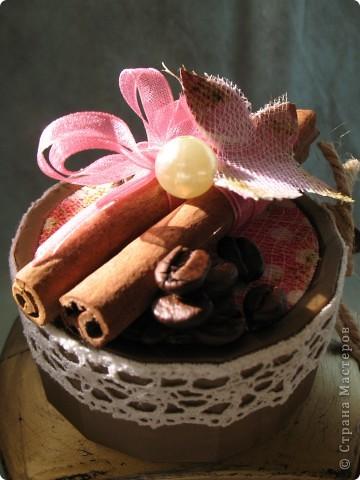 Наконец-то дошли руки до второй части подарка ко дню рождения родственницы...первую-кофейное деревце, вы уже видели, а теперь вот и банка подоспела...создать ее помогло задание от одного из блогов...так уж случилось,что оно поддержало и розовый цвет и бабочек, уже использованных в предыдущей работе, а условие-горошек, по-моему, делает работу еще более романтичной и девичьей... фото 8