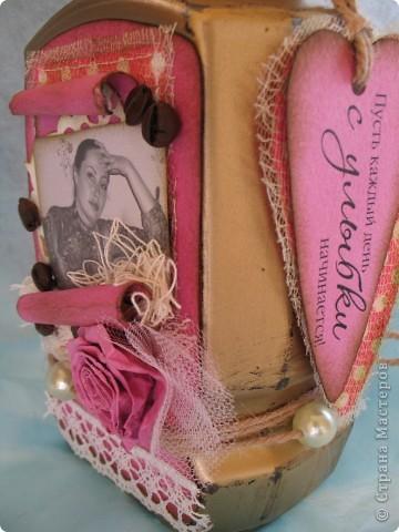 Наконец-то дошли руки до второй части подарка ко дню рождения родственницы...первую-кофейное деревце, вы уже видели, а теперь вот и банка подоспела...создать ее помогло задание от одного из блогов...так уж случилось,что оно поддержало и розовый цвет и бабочек, уже использованных в предыдущей работе, а условие-горошек, по-моему, делает работу еще более романтичной и девичьей... фото 6