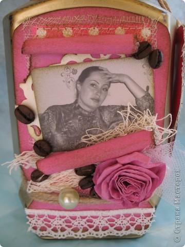 Наконец-то дошли руки до второй части подарка ко дню рождения родственницы...первую-кофейное деревце, вы уже видели, а теперь вот и банка подоспела...создать ее помогло задание от одного из блогов...так уж случилось,что оно поддержало и розовый цвет и бабочек, уже использованных в предыдущей работе, а условие-горошек, по-моему, делает работу еще более романтичной и девичьей... фото 4