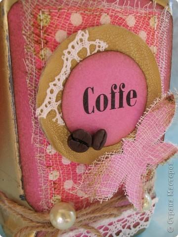 Наконец-то дошли руки до второй части подарка ко дню рождения родственницы...первую-кофейное деревце, вы уже видели, а теперь вот и банка подоспела...создать ее помогло задание от одного из блогов...так уж случилось,что оно поддержало и розовый цвет и бабочек, уже использованных в предыдущей работе, а условие-горошек, по-моему, делает работу еще более романтичной и девичьей... фото 7