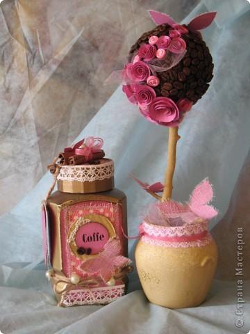 Наконец-то дошли руки до второй части подарка ко дню рождения родственницы...первую-кофейное деревце, вы уже видели, а теперь вот и банка подоспела...создать ее помогло задание от одного из блогов...так уж случилось,что оно поддержало и розовый цвет и бабочек, уже использованных в предыдущей работе, а условие-горошек, по-моему, делает работу еще более романтичной и девичьей... фото 9