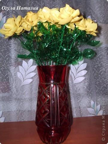 Здравствуйте, дорогие гости. Меня зовут Наталия, и я хочу представить небольшой мастер класс по созданию роз из пластиковых бутылок. Да, да – именно из них родных… и совершенно никому не нужных пластиковых бутылок.  Для работы нам понадобятся : - бутылки желтых и зеленых цветов; - флористическая проволока; - ножницы и шило; - круглогубцы; - свеча и спички; фото 1