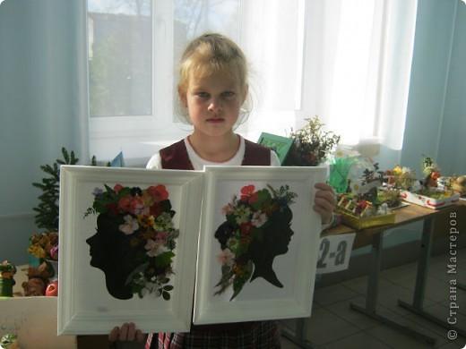 Полина на выставке в школе.