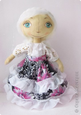 Между делом сшилась маленькая куколка. Назвала я ее Инессой. Волосы сзади собраны в хвостик. В волосах красивая заколка. У нее розовые туфельки с бантиками. фото 1