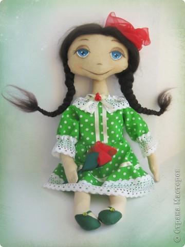 У моей новой куколки Маргариты зеленое платье в горошек, зеленые туфельки с зелеными стразиками... фото 1