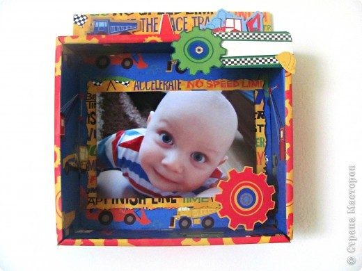 Купили вчера ребенку машинки и уж очень мне коробка приглянулась в которой они были))) не могла не поэкспериментировать! Она уже заняла своё место на двери в детскую комнату. На свободной справа дорожке позже напишу возраст на сделанной фото.  Прошу вас оценить  фото 1