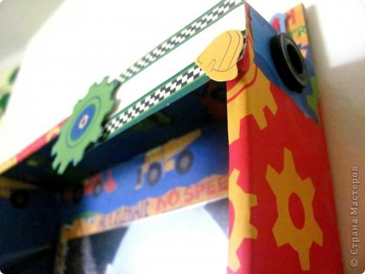 Купили вчера ребенку машинки и уж очень мне коробка приглянулась в которой они были))) не могла не поэкспериментировать! Она уже заняла своё место на двери в детскую комнату. На свободной справа дорожке позже напишу возраст на сделанной фото.  Прошу вас оценить  фото 4