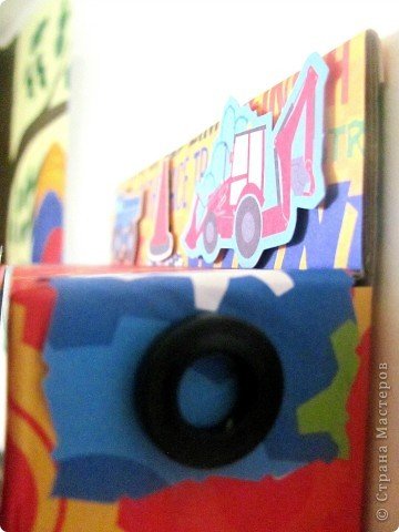 Купили вчера ребенку машинки и уж очень мне коробка приглянулась в которой они были))) не могла не поэкспериментировать! Она уже заняла своё место на двери в детскую комнату. На свободной справа дорожке позже напишу возраст на сделанной фото.  Прошу вас оценить  фото 5