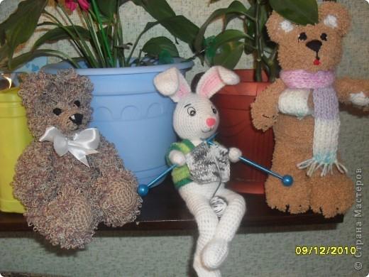 Весёлая компания. Зайчик связан на каркасе-лапки можно загнуть, а медвежата мягкие,набиты синтепоном.Тот,что в шарфе получился какой-то коротколапый,ассиметричный-буду перевязывать!