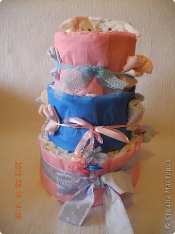 Вот мой первый памперсный торт! очень хотелось смастерить такой! а тут повод нашелся превосходный - у друзей родилась королевская  двойня - Лёнька и Полинка! фото 1