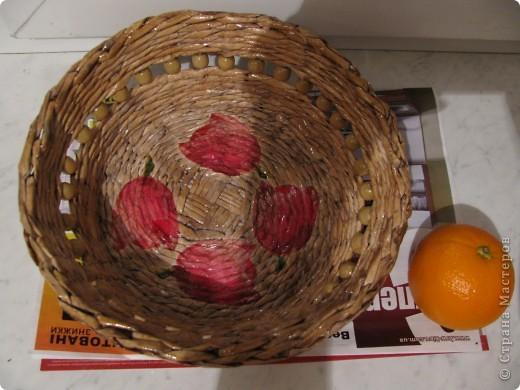 """После своей первой коробищи сделала вот такую тарелочку из кассовых лент. Ещё кривовата. Спиртовую морилку """"орех """" разбавила водой примерно пополам, чтобы не получилась слишком тёмная. Не нравится то, что деревянные бусины по цвету слились с плетением, нет контарста. фото 2"""