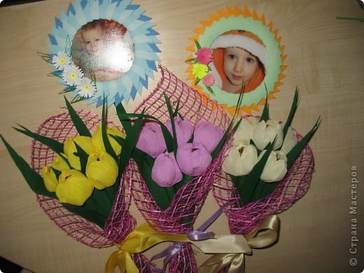 Привет всем жителям Страны!!! Решила показать вам мои небольшие подарочки родным на весенний праздник.  Делала в попыхах, поэтому на детали времени не хватило. Но все равно все были довольны.  Тюльпанчики со вкусными конфетками внутри.  Рамочки-магнитики.  фото 1
