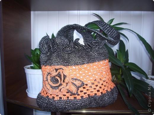 Недавно увидела в интернете вязанные сумочки крючком из пряжи. Однако такое удовольствие, как приобретение ниток, мне не по карману. Решила связать летнюю сумочку из мусорных пакетов. Дизайн сумочки мне приснился. Надеюсь, что меня не осудят, если летом прийду с ней в магазин.