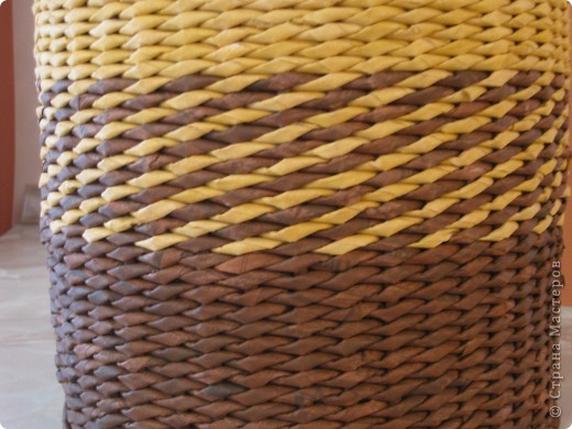 Это моя шестая плетенка, но первая которая мне действительно нравится! Плела из газетных трубочек, трубочки красила до плетения грунтовкой с добавлением колера. Высота плетеночка 24 см, диамет дна 22 см. фото 3