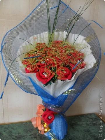 Вот такой букетик цветов у меня получился.Дополнение к подарку.Всего 17 роз+1роза на бантике фото 1