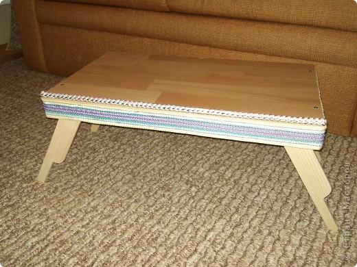 Здравствуйте. Сделал столик для ноутбука и завтрак. Материалы: дерево (брусок, рейки), ламинат, стропа, веревка.  фото 1
