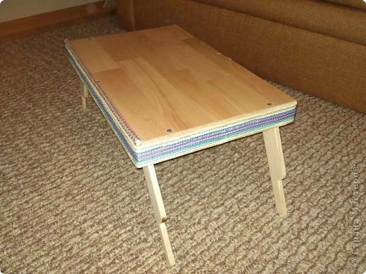 Здравствуйте. Сделал столик для ноутбука и завтрак. Материалы: дерево (брусок, рейки), ламинат, стропа, веревка.  фото 2