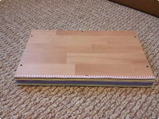 Здравствуйте. Сделал столик для ноутбука и завтрак. Материалы: дерево (брусок, рейки), ламинат, стропа, веревка.  фото 6