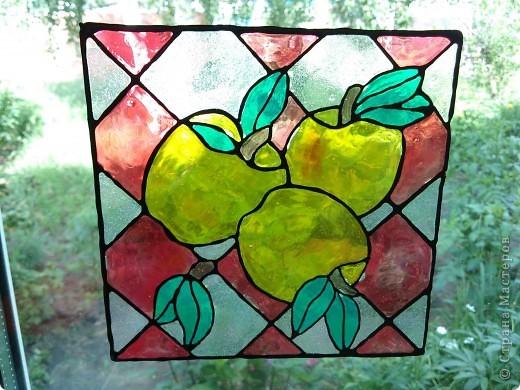 Здравствуйте, купили летом витражные краски Луч и украсили окна в доме у тёщи. фото 1