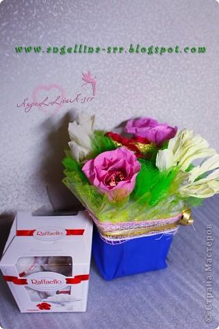 "Внутри букета коробочка конфет ""Raffaello"" фото 1"