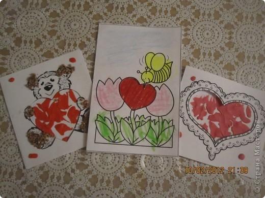 открытки на 14 февраля. я распечатала картинки, вырезала сердечки, предложила сыну зарисовать внутреннею часть открытки. фото 1