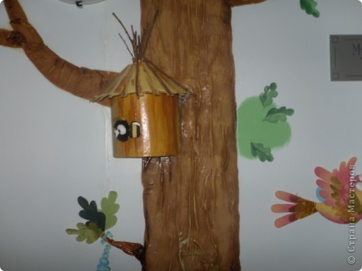 Так как наш сад деревянный, то на месте стыков всегда возникали трещины. Первоначально задача стояла скрыть эти трещины надолго. Появились эти деревья, они из кусков ткани покрашены половой краской. Это фото коридора.  фото 7
