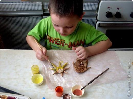 """Мой сынуля Костик очень любит делать поделки своими руками. Ему почти 5 лет.Очень любит лепить и рисовать. Когда пытаюсь ему в чем-то помочь, меня не подпускает. """"Я сам, ты не знаешь что я хочу сделать, не мешай мне"""". Вот так вот. Выставляю его первую самостоятельную работу.  фото 1"""