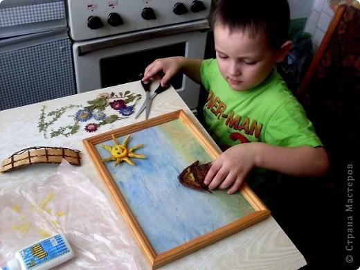 """Мой сынуля Костик очень любит делать поделки своими руками. Ему почти 5 лет.Очень любит лепить и рисовать. Когда пытаюсь ему в чем-то помочь, меня не подпускает. """"Я сам, ты не знаешь что я хочу сделать, не мешай мне"""". Вот так вот. Выставляю его первую самостоятельную работу.  фото 2"""