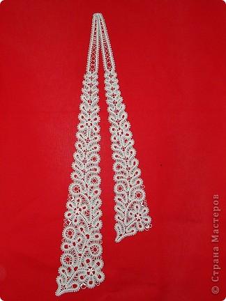 """Это очень красивый женский галстук,плетенный на коклюшках. Вологодское кружево.Вид галстука в расправленном состоянии. Варианты плетения галстука. Первый: 7 пар коклюшек,из них 2 пары скани """"елочкой"""" из белого ириса в 2 нитки на коклюшку проходит по середине полотнянки и 5 долевых пар из черной и белой нитки х/б №20.Около скани с внутренней стороны полотнянки проходит 1 долевая пара (черная и белая нитка), с внешней стороны полотнянки около скани проходит 2 долевых пары (черная,белая,опять черная,белая). Крайняя долевая пара с внешней стороны полотнянки черно-белая перевивается,т.е. идет """"в перевив"""". Ходовая пара белая. Отвивные и насновки белые. Второй вариант плетения галстука. Так же полотнянка на 7 пар, так же плетется скань.Отличие такое. Крайние пары с обеих сторон полотнянки черно-белые идут """"в перевив"""" и ходовая пара черно-белая, а около скани проходит по 1 паре белых долевых. Отвивные и насновки белые. Оба варианта красивые. фото 1"""