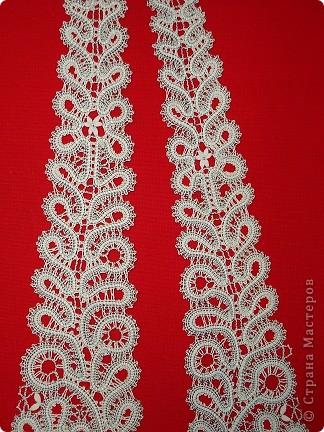 """Это очень красивый женский галстук,плетенный на коклюшках. Вологодское кружево.Вид галстука в расправленном состоянии. Варианты плетения галстука. Первый: 7 пар коклюшек,из них 2 пары скани """"елочкой"""" из белого ириса в 2 нитки на коклюшку проходит по середине полотнянки и 5 долевых пар из черной и белой нитки х/б №20.Около скани с внутренней стороны полотнянки проходит 1 долевая пара (черная и белая нитка), с внешней стороны полотнянки около скани проходит 2 долевых пары (черная,белая,опять черная,белая). Крайняя долевая пара с внешней стороны полотнянки черно-белая перевивается,т.е. идет """"в перевив"""". Ходовая пара белая. Отвивные и насновки белые. Второй вариант плетения галстука. Так же полотнянка на 7 пар, так же плетется скань.Отличие такое. Крайние пары с обеих сторон полотнянки черно-белые идут """"в перевив"""" и ходовая пара черно-белая, а около скани проходит по 1 паре белых долевых. Отвивные и насновки белые. Оба варианта красивые. фото 4"""