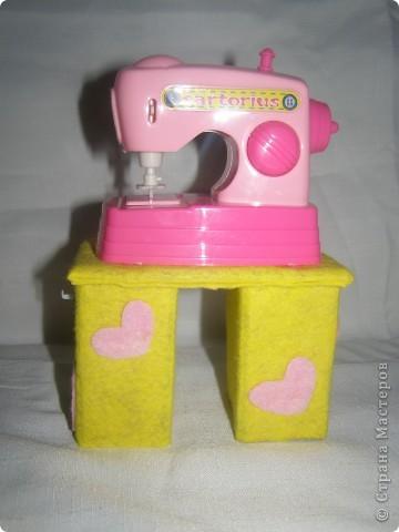 Любовалась я на множество манекенов в СМ и решила попробовать пошить. Манекен шился не как игольница, а как игрушка в кукольный дом, поэтому ножку декорировать не стала (дочка отобрала манекен раньше).  фото 3