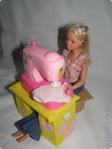Любовалась я на множество манекенов в СМ и решила попробовать пошить. Манекен шился не как игольница, а как игрушка в кукольный дом, поэтому ножку декорировать не стала (дочка отобрала манекен раньше).  фото 4