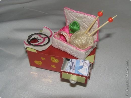 Любовалась я на множество манекенов в СМ и решила попробовать пошить. Манекен шился не как игольница, а как игрушка в кукольный дом, поэтому ножку декорировать не стала (дочка отобрала манекен раньше).  фото 8