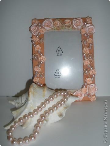 Фоторамка Фиолет №2.(Фото 050) обтянута тканью,украшена цветами из ракушки,радужным бисером,сваровски,для фото 10х15 см. фото 14