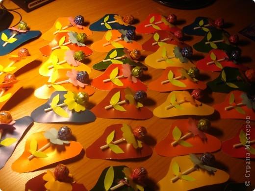 """Вместе с детьми вырезали 50 шляпок и к ним цветочки и листики для угощения детей в нашем городском музее. Представляли проект """"мамина шляпка"""""""