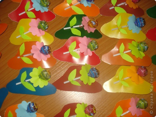 """Вместе с детьми вырезали 50 шляпок и к ним цветочки и листики для угощения детей в нашем городском музее. Представляли проект """"мамина шляпка"""" фото 2"""