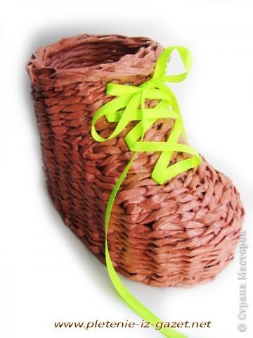 Поделка изделие Плетение Видео МК по плетению из газет ботинка Бумага газетная фото 4