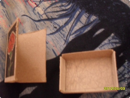 На днях смастерила маленькую мини книжку и как вы думаете из чего?А из спичечного коробка.Изначально признаюсь идея не моя а Тимофеевны.Итак матерьялы:Спичечный коробок,карандаш,клеЙ,ножницы,листик от тетради в клетку. фото 2