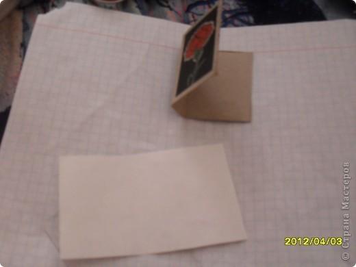 На днях смастерила маленькую мини книжку и как вы думаете из чего?А из спичечного коробка.Изначально признаюсь идея не моя а Тимофеевны.Итак матерьялы:Спичечный коробок,карандаш,клеЙ,ножницы,листик от тетради в клетку. фото 3
