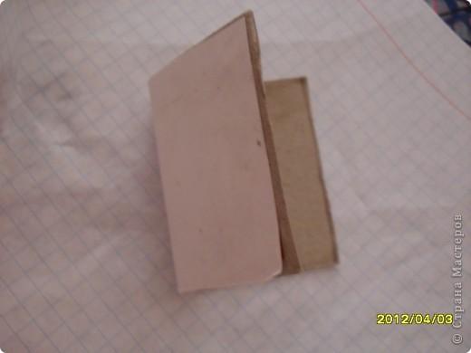 На днях смастерила маленькую мини книжку и как вы думаете из чего?А из спичечного коробка.Изначально признаюсь идея не моя а Тимофеевны.Итак матерьялы:Спичечный коробок,карандаш,клеЙ,ножницы,листик от тетради в клетку. фото 4