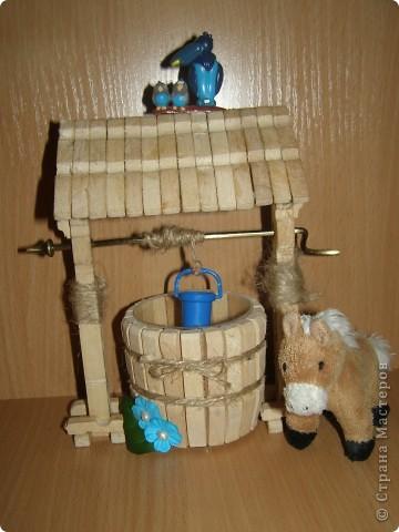 """Сделали мы для наших кукол колодец и немножко мебели. Куклы - они такие, сооруди им кровать - тут же понадобится белье, потом стол, стулья и т.д. Наши уже значительно нас потеснили. Но процесс увлекает. """"Производством"""" кукольной мебелюшки занялся даже наш папа. фото 2"""
