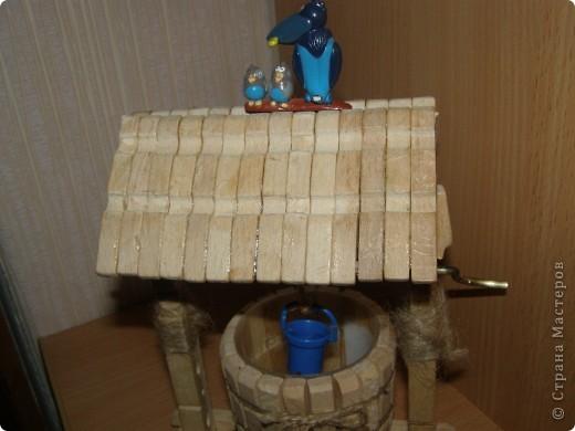 """Сделали мы для наших кукол колодец и немножко мебели. Куклы - они такие, сооруди им кровать - тут же понадобится белье, потом стол, стулья и т.д. Наши уже значительно нас потеснили. Но процесс увлекает. """"Производством"""" кукольной мебелюшки занялся даже наш папа. фото 3"""