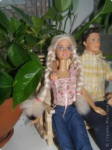 """Сделали мы для наших кукол колодец и немножко мебели. Куклы - они такие, сооруди им кровать - тут же понадобится белье, потом стол, стулья и т.д. Наши уже значительно нас потеснили. Но процесс увлекает. """"Производством"""" кукольной мебелюшки занялся даже наш папа. фото 6"""