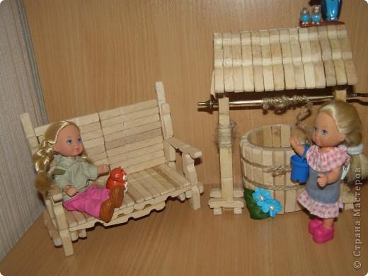 """Сделали мы для наших кукол колодец и немножко мебели. Куклы - они такие, сооруди им кровать - тут же понадобится белье, потом стол, стулья и т.д. Наши уже значительно нас потеснили. Но процесс увлекает. """"Производством"""" кукольной мебелюшки занялся даже наш папа. фото 1"""