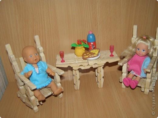 """Сделали мы для наших кукол колодец и немножко мебели. Куклы - они такие, сооруди им кровать - тут же понадобится белье, потом стол, стулья и т.д. Наши уже значительно нас потеснили. Но процесс увлекает. """"Производством"""" кукольной мебелюшки занялся даже наш папа. фото 8"""